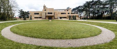 La villa Cavrois à Croix près de Lille, est une commande de Paul Cavrois, industriel du textile, à l'architecte parisien Robert Mallet-Stevens. Inaugurée en 1932, puis abandonnée, elle fait l'objet d'une restauration exemplaire pour une ouverture au public en 2015