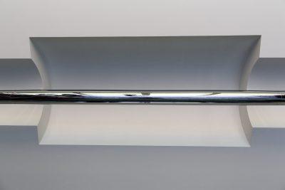 Au plafond un système d'éclairage en trois parties dont l'intensité pouvait être modulée en fonction de la longueur de la table. Du à André Salomon ce luminaire a pu être restauré à l'identique avec un pilotage par rhéostat