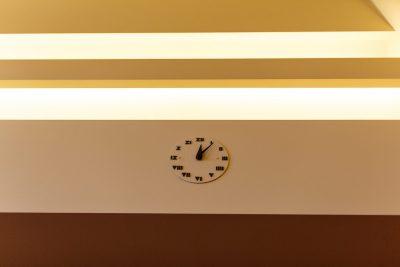 Horloge dans toutes les pièces, sauf salon et salle à manger