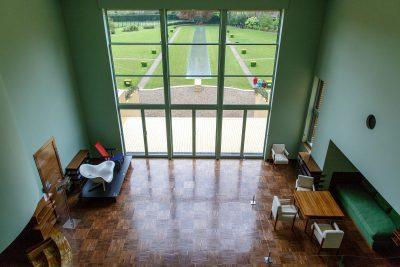 Vue du salon depuis la mezzanine.  Le vert du salon répond à celui du parc