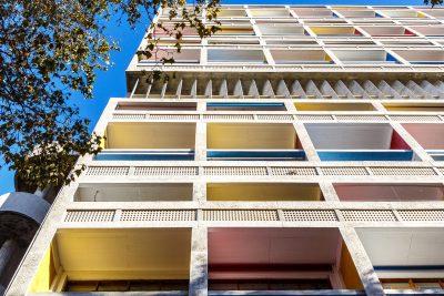 La polychromie caractéristique habillant les facades des unités d'habitation