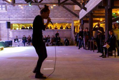 Pour cette deuxième exposition à la Marbrerie, Violaine Lochu présente un ensemble de vidéos et de pièces sonores qui explorent des pans spécifiques de la voix et du langage.