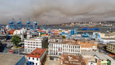 Vue panoramique des cerros avec la fumée de l'incendie