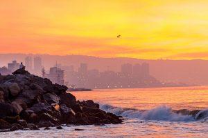 Vue de Valparaiso depuis Viña del Mar au soleil couchant