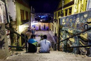 Vue du port en haut d'un escalier de Valparaison